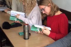 Studenci przeglądają nowy podręcznik. Fot. V. Tratsiak