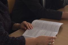Podręcznik w rękach Kierowniczki KB. Fot. V. Tratsiak